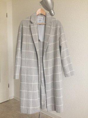 Langer leichter karierter Blazer Mantel in weiß auf hellgrau