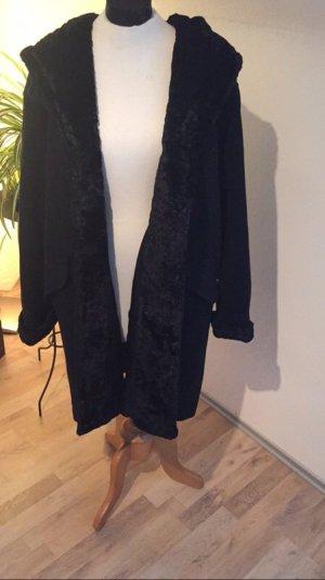 Langer Mantel mit großer Kapuze
