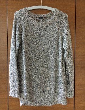 Langer Pullover mit eingearbeiteten Silberfäden und kleinen Pailletten