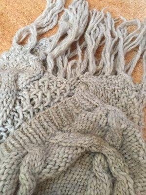 Langer Schal mit Mütze