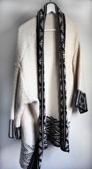Langer schwarz weißer Boho-Grobstrickcardigan. Von Zara