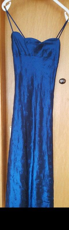 Langes blaues Kleid mit Blumenstickerei