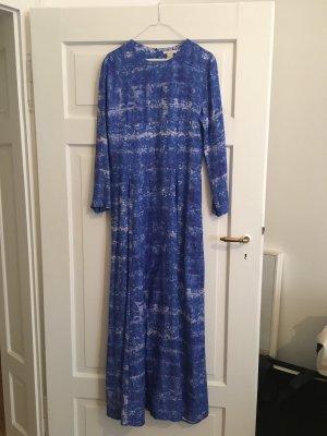 Langes, blumiges Batikkleid in blau!