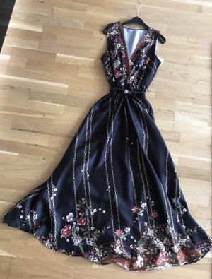 Langes Kleid mit Ketten und Blumen Print in seidenoptik.