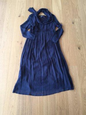 Langes Kleid mit Stola