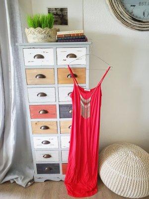 Langes rotes Kleid mit Kette