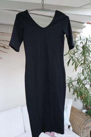 Langes schwarzes Kleid mit Schlitz