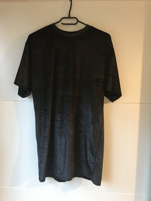 Langes schwarzes Shirt