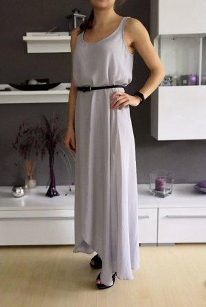 Langes seidiges graues Kleid