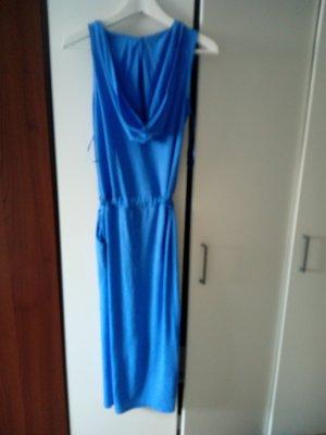 langes Sommerkleid mit Taschen und Kapuze