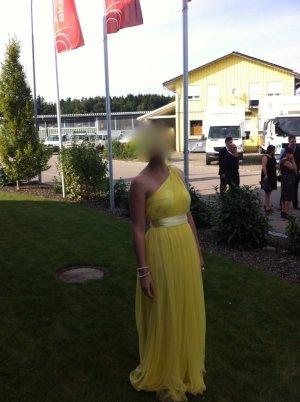 Langes Tüll-Kleid mit asymmetrischem Ausschnitt