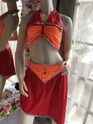 Vestido de lentejuelas naranja neón-rojo