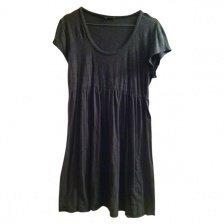 Lechtes Kleid in Grau mit weitem Rundhalsausschnitt