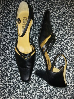 Strapped pumps black