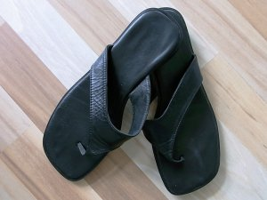 Sandalo toe-post nero Pelle