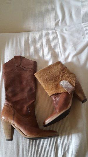 Lederbraune Stiefel mit Lochmuster