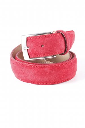 Cinturón de cuero rojo look casual