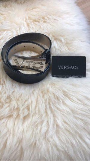 Ledergürtel Versace.