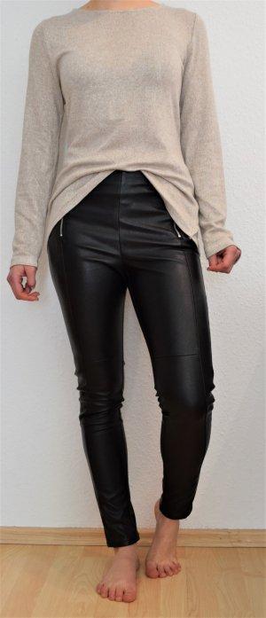 Lederhose und Pullover mit Schleife