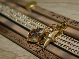 Lederimitat Armband mehrreihig mit Anhänger braun goldfarben beige