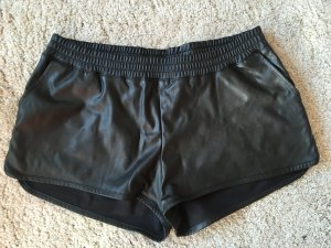 Lederimitat Shorts in Schwarz
