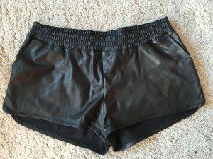 Lederimitat Shorts in Schwarz