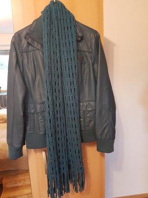 Lederimitatjacke mit passenden Schal