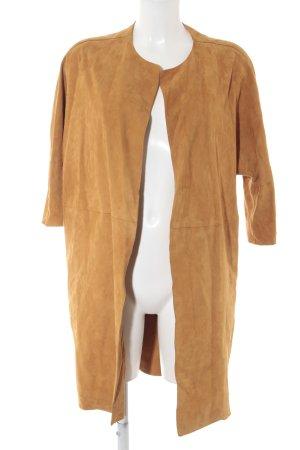 Abrigo de cuero naranja oscuro estilo minimalista