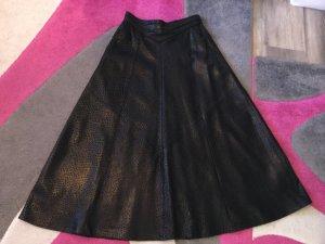 Lederrock in schwarz ausgestellt