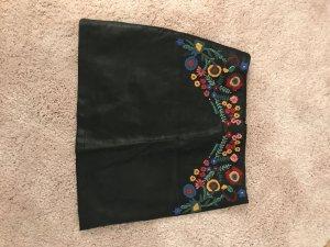 Lederrock mit Blumenbestickung