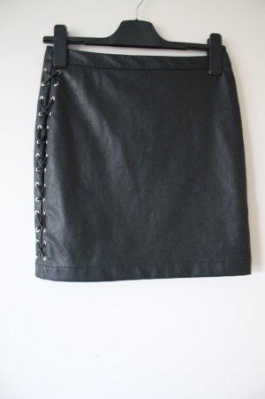 Lederrock mit silbernen Details