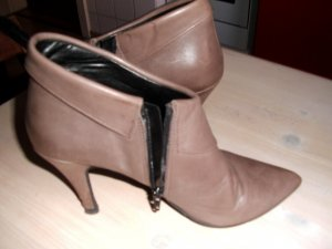 Comma Cut Out Booties grey brown leather