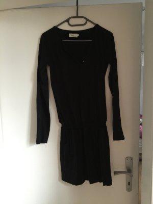 Legeres, kurzes schwarzes Kleid mit Taschen