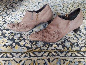 Leicht hohe braune Schuhe