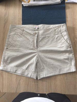 Leichte cremefarbene Hotpants