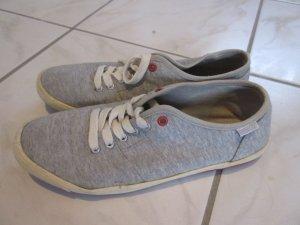 Leichte graue Sneaker
