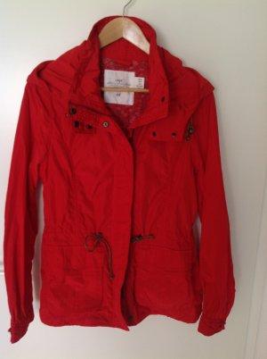 Leichte Jacke mit aufwendigen Details und Kapuze