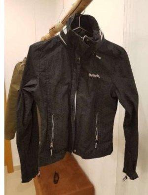 leichte Jacke mit ausrollbarer Kapuze