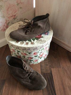 Leichte Schuhe und Wildlederoptik