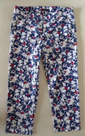 Leichte Sommerhose mit blau-weiß-rotem Blumenmuster von Tommy Hiliger