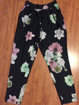Leichte Stoffhose von Monki schwarz mit Blumen in Größe 38