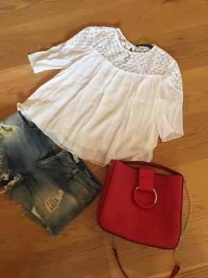 Leichte weiße Bluse mit spitzenartigem Einsatz (nur die Bluse)