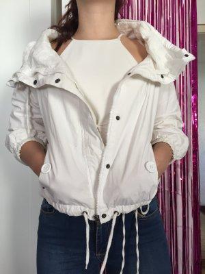 Leichte weiße Jacke mit Kragen