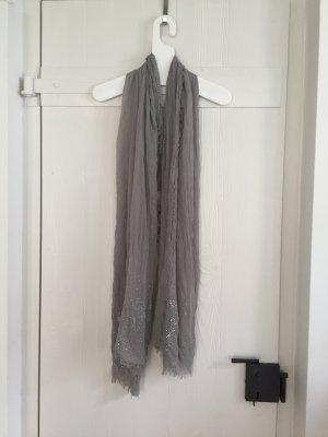 Leichter grauer Schal mit silbernen Pailletten