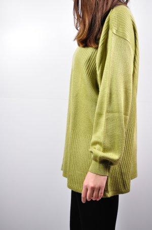 Leichter Oliv Farbener Pullover mit Quadraten und Streifen