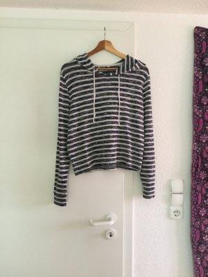 Leichter Pullover mit Kapuze