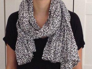 Leichter Schal im schwarz-weiß Leo-Muster, Animal-Print