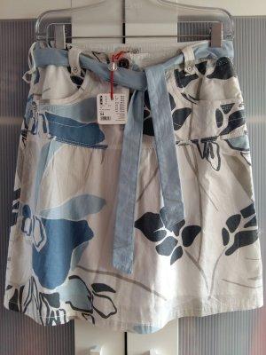 Leichter Sommerrock mit Blumenmuster, Taschen und Bindegürtel