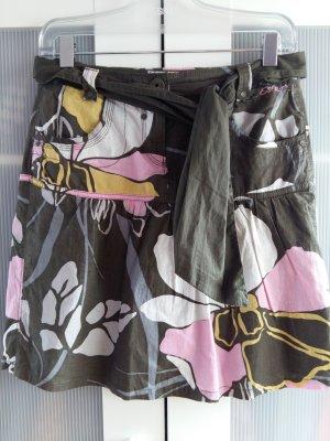 Leichter Sommerrock mit Muster und Bindegürtel Seitentaschen