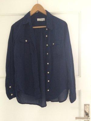 Leichtes, blaues Hemd